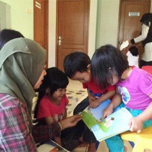 Membantu perkembangan bahasa dan komunikasi anak dalam bahasa ibu.
